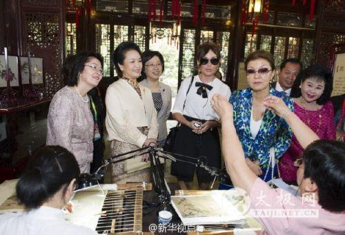 彭丽媛邀多国领导人夫人观看太极拳等非遗展示图片