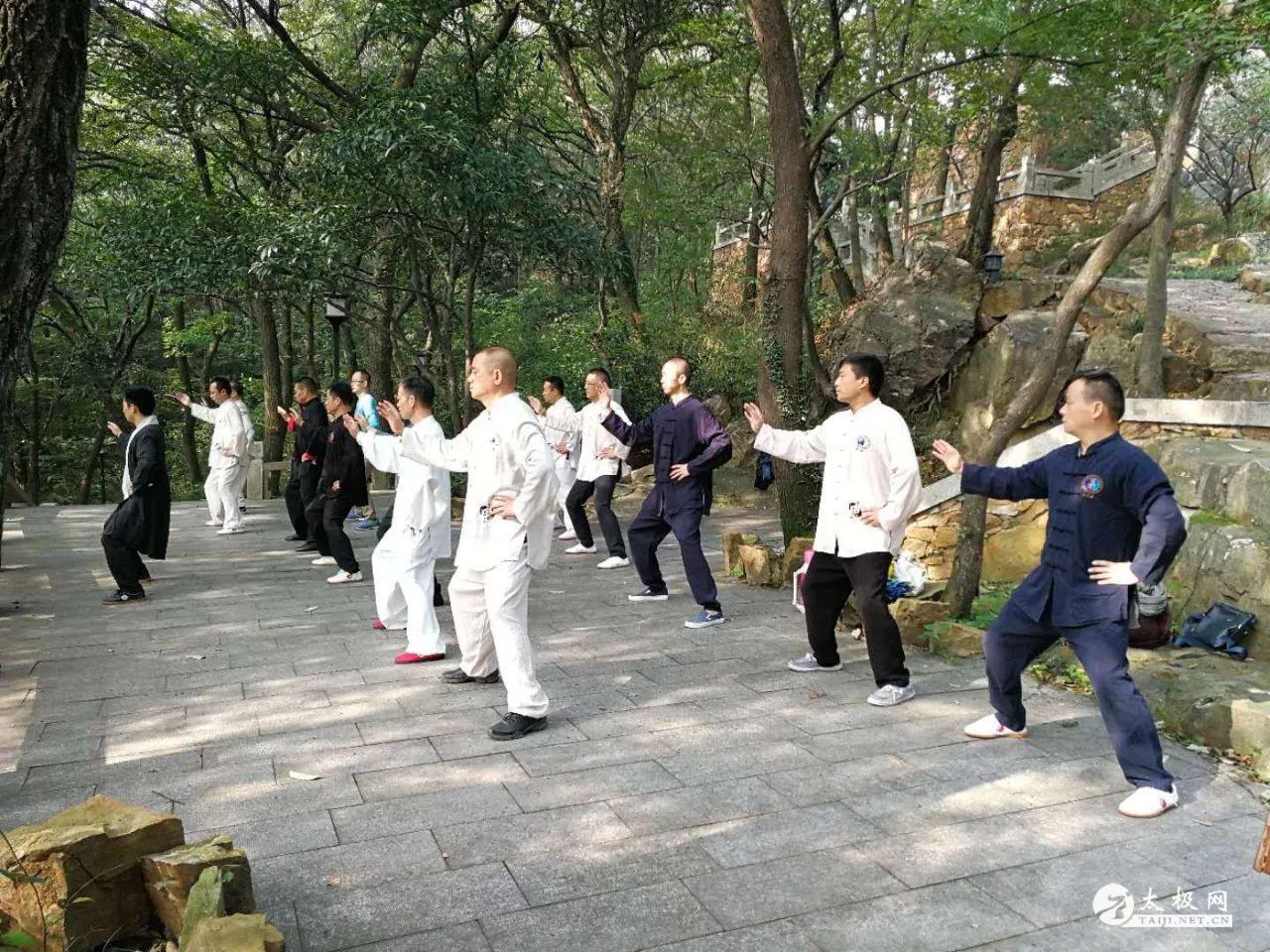大家和马老师一起练习太极拳