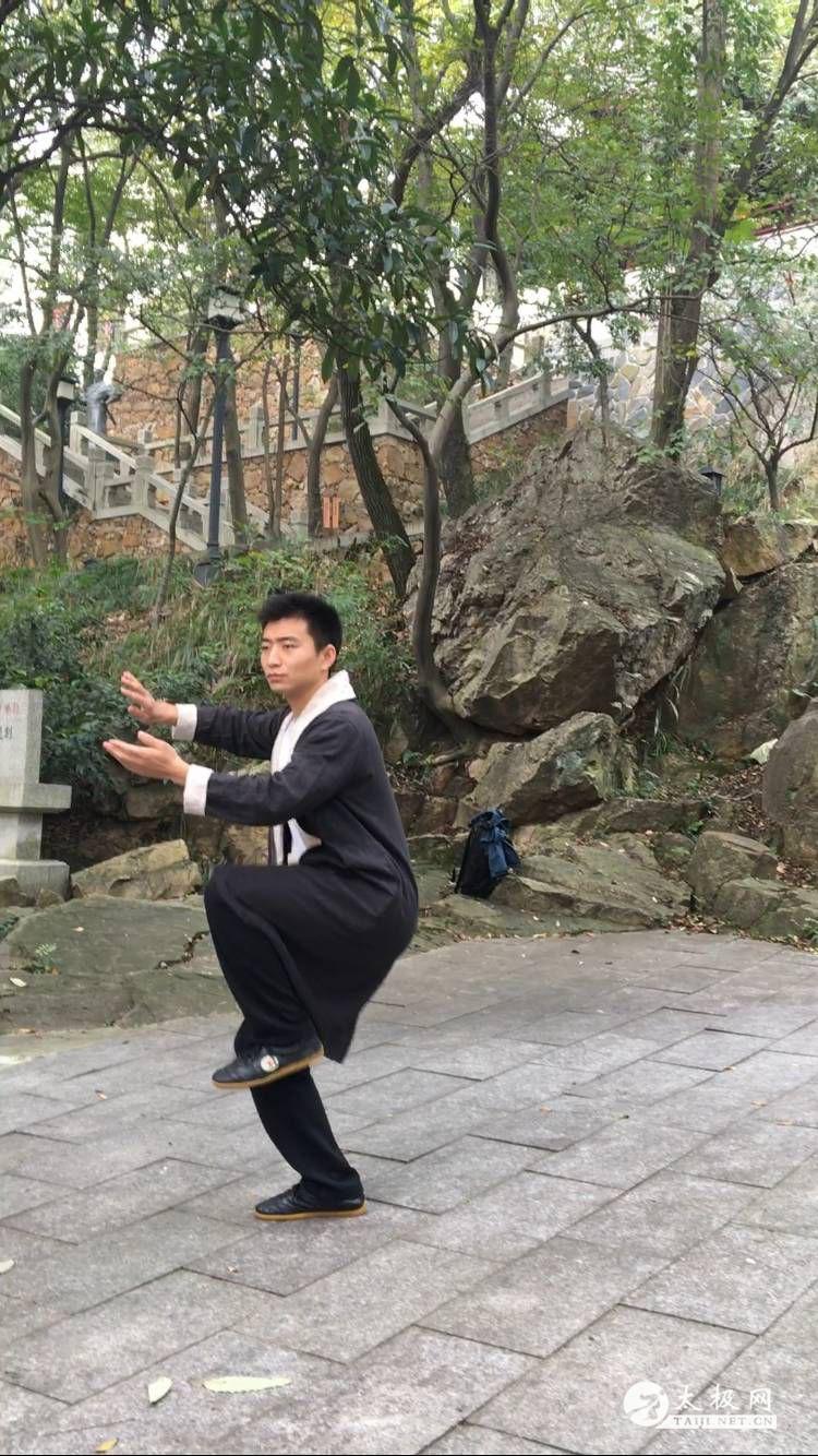 马老师亲自演练太极拳